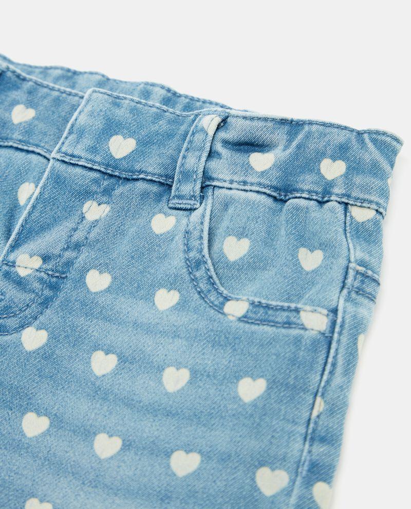 Jeans con fantasia cuori neonata
