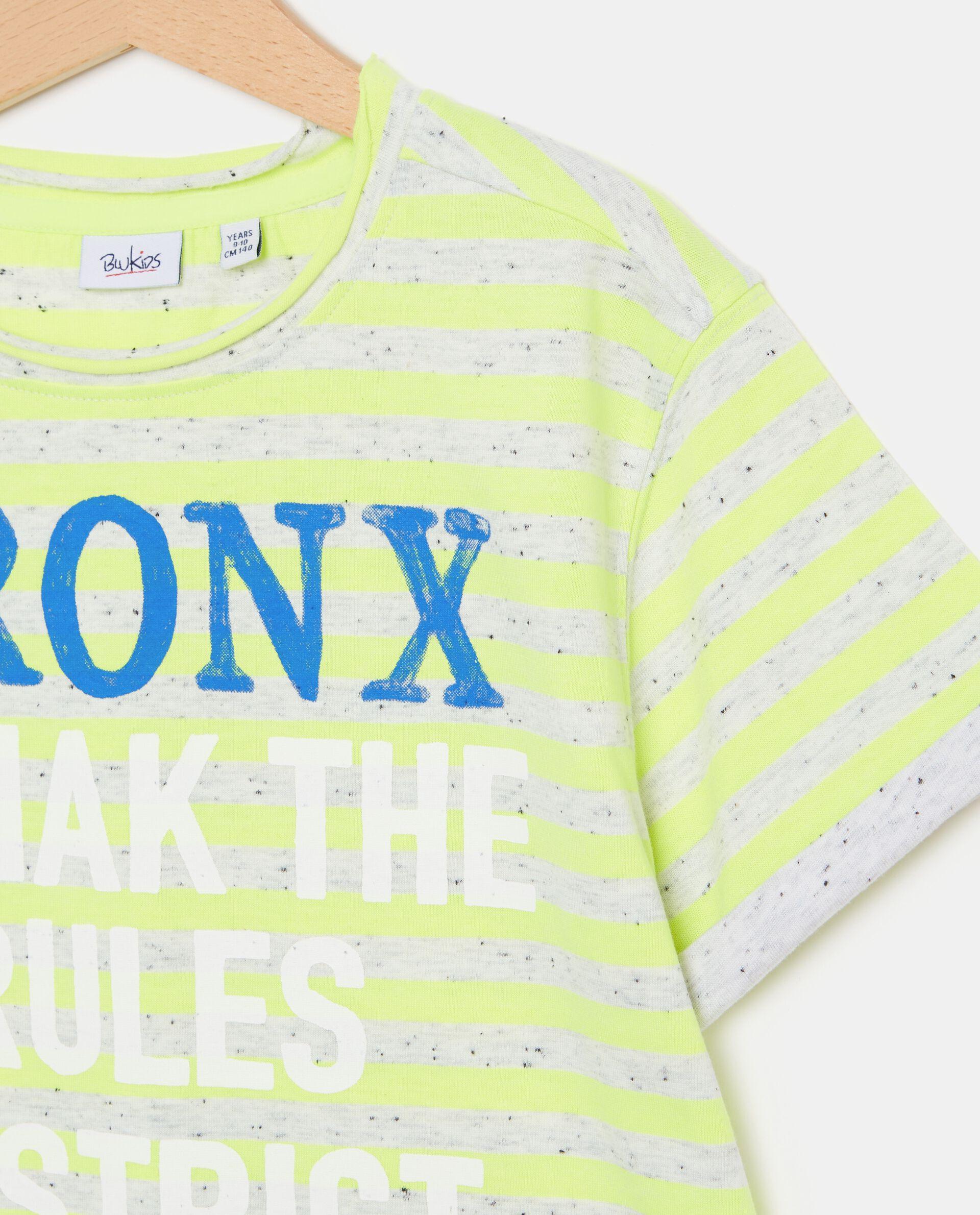T-shirt con motivo a righe e lettering ragazzo