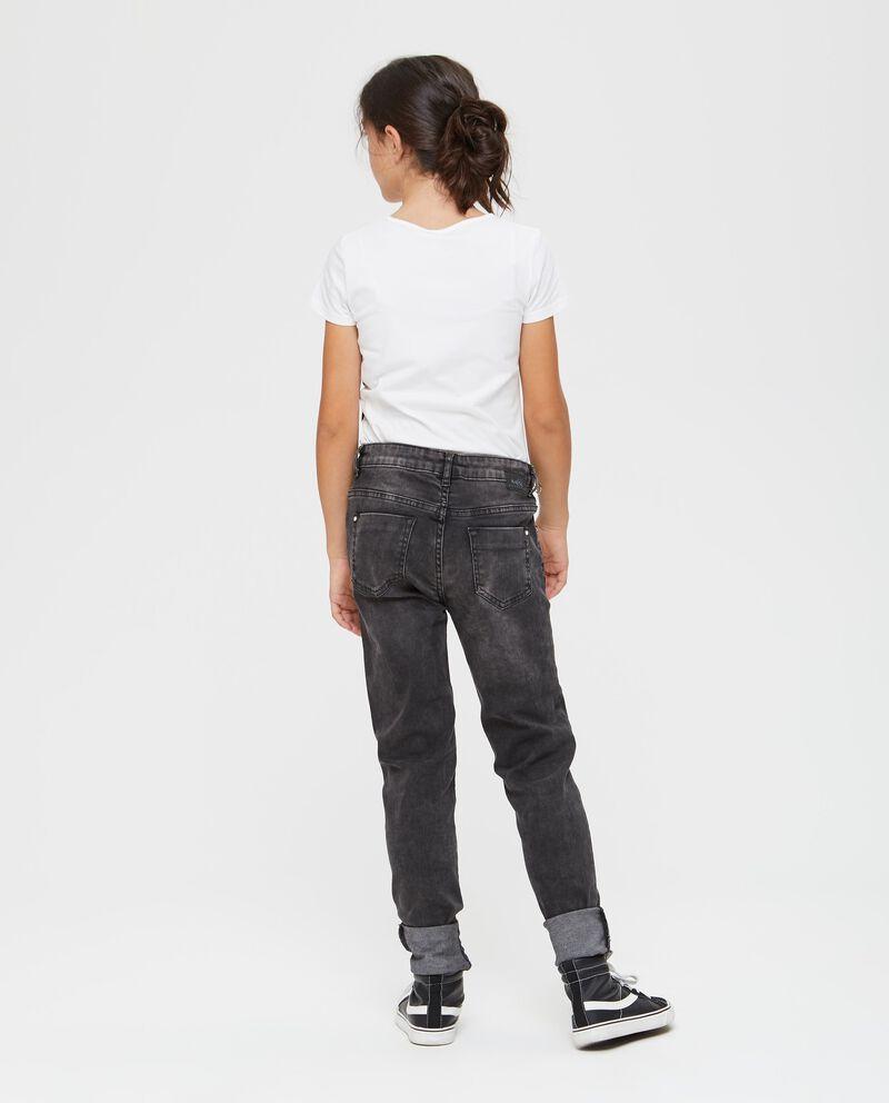 Jeans con leggere scoloriture e perline