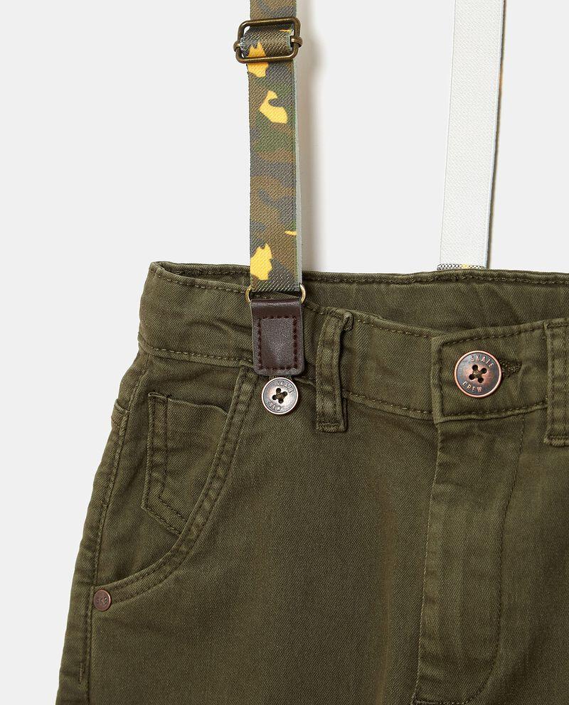 Pantaloni con bretelle