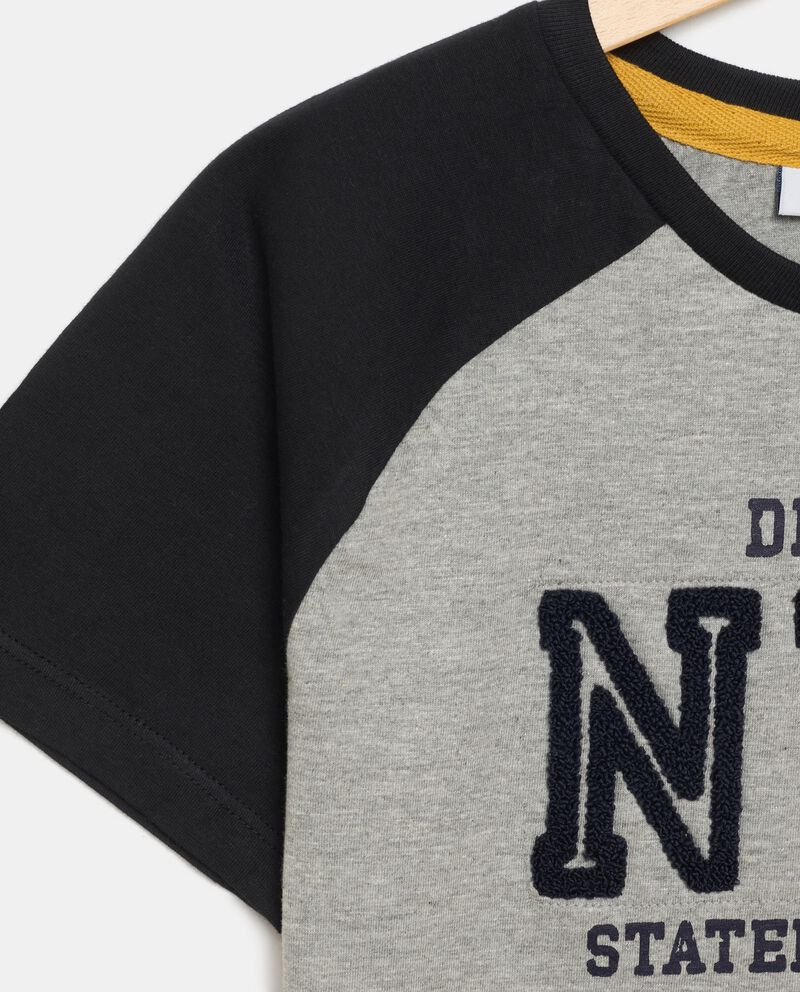T-shirt in jersey con applicazione ragazzo single tile 1